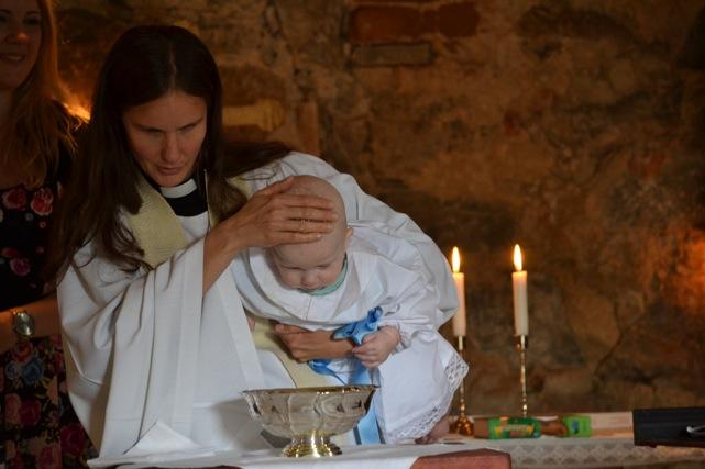 En ny församlingsmedlem genom dopet. Att låta alla som vill ur dopfamiljen ha en uppgift vid ceremonin tycker Mikaela är bra. Storebror kan hälla upp vigvattnet för lillebror.