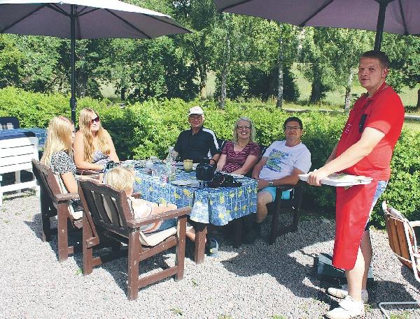Nu har Herrsäter gårdscafé varit öppet under veckohelgerna sommartid i två år och det kommer att fortsätta nästa sommar. Här serverar Erik Carlsson gästerna iklädd sitt röda förkläde.