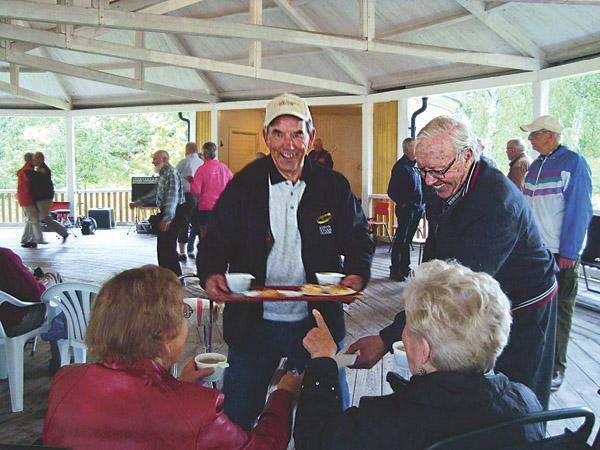 """""""Det här är jättetrevligt"""", intygar Stig Karlsson och serverar kaffe till sitt sällskap. Till höger: Vice ordförande Håkan Johansson och ordförande Karin Löfdal i fritidsrådet är nöjda med kvällen."""