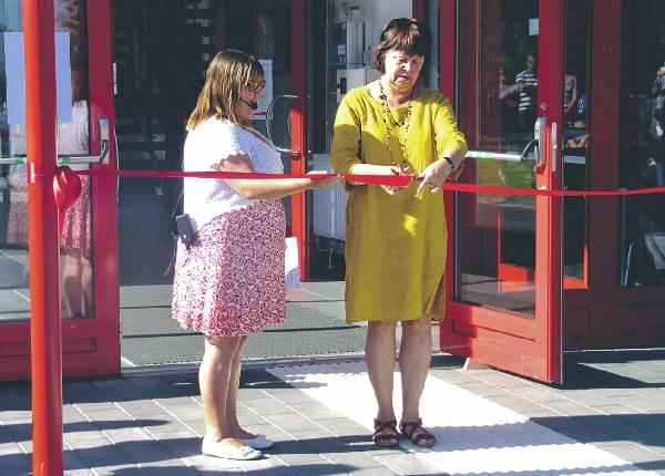 Cecilia Wilhelmsson och Elisabeth Moberg skötte tal och obligatoriskt klipp när den nya sporthallen i Skänninge invigdes i strålande solsken.
