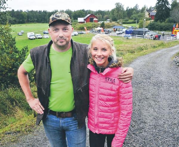 Rickard Hellström med dottern Filippa är verksamma på Ormsätter. I bakgrunden paddocken med alla utställare.