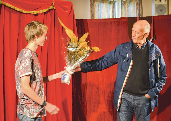 August Mollén hyllas med blommor och tal efter sin guldbragd i ungdoms-SM, utdelare är Göran Sarring.