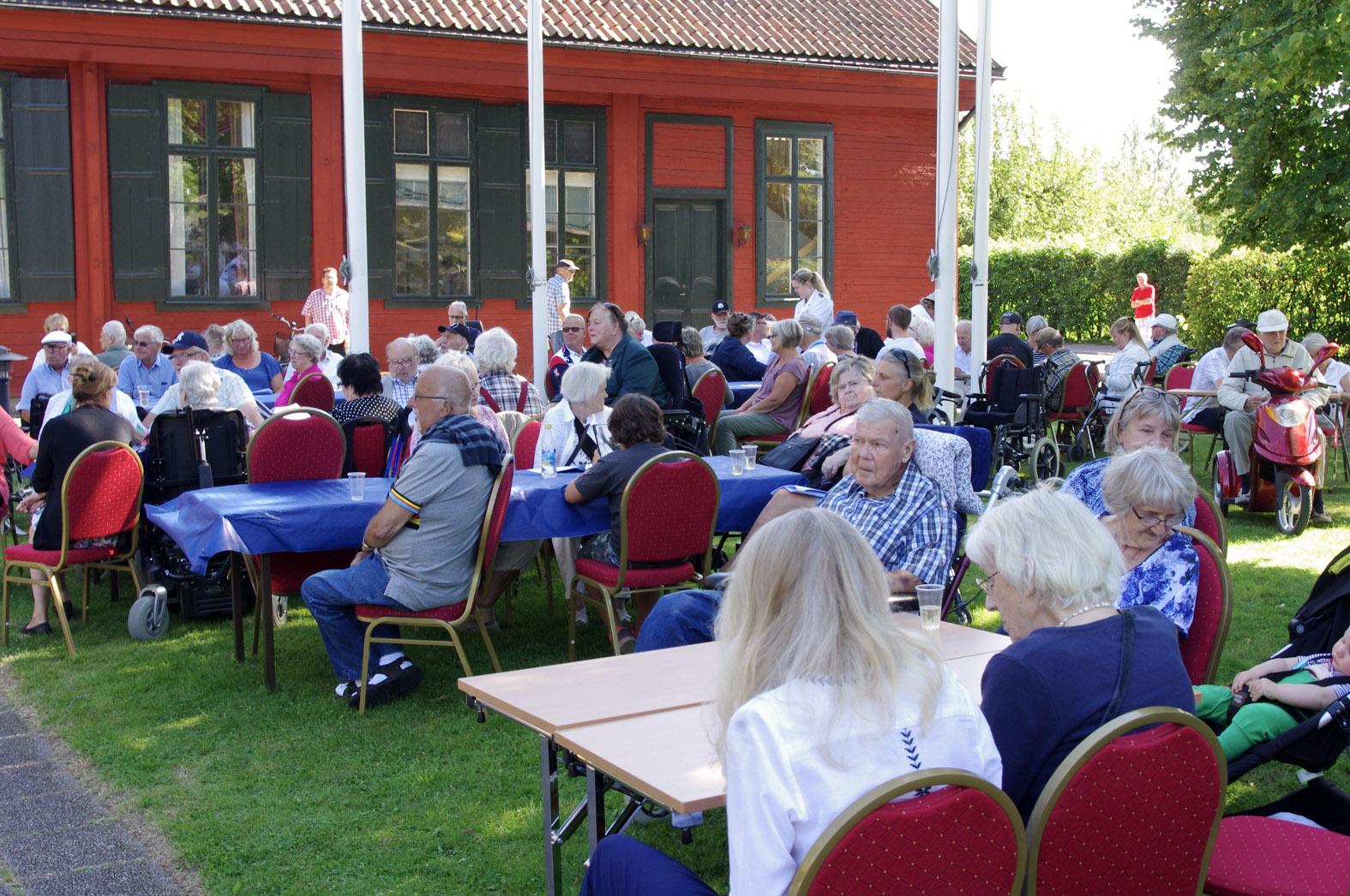 Några av de 350 besökarna vid Söderköpings brunn. Det blev publikrekord än en gång när kommunens äldre bjöds på en härlig eftermiddag i strålande väder. Flera ideella krafter såg till att dagen blev verklighet och uppskattningen från de äldre gick inte att ta miste på.