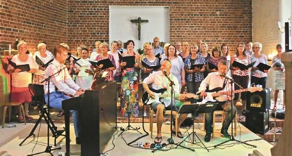 Fullsatt i Östra Eds kyrka när konserten, Himlen är oskyldigt blå, med bara Gärdestadlåtar, framfördes av Gruvebäcks kapell och en för dagen sammansatt kör som blott fick tre timmar att öva sig samman.