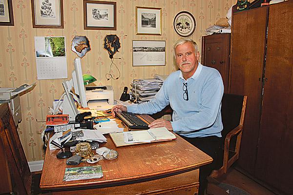 Lennart Tingefors vid skrivbordet i bostaden, varifrån många frågor klaras ut. Det blir dock också en hel del gårdsbesök. – Vi ombud gör löpande besök på större gårdar vartannat år, framhåller han.