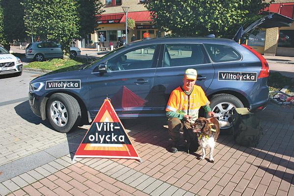 Eftersöksjägare Ulf Karlsson med sin fyrbente och oumbärlige medhjälpare när det gäller att spåra ett skadat djur och avliva det. Tänk på att du ska sänka hastigheten vid en olycksplats och visa hänsyn mot eftersökjägaren som kan vara på plats för att inleda sitt arbete.