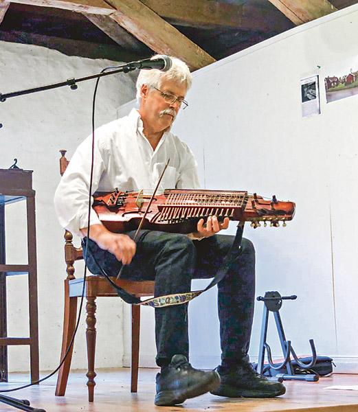 Claes-Göran Olson, riksspelman sedan två år tillbaka, bjöd på fin musik under kvällen.