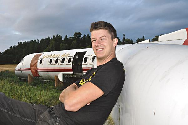 Rickard Sognemyr på vingen till sin Saab 340 A. Han är troligen den enda privata ägaren i Sverige till ett sådant här flygplan.