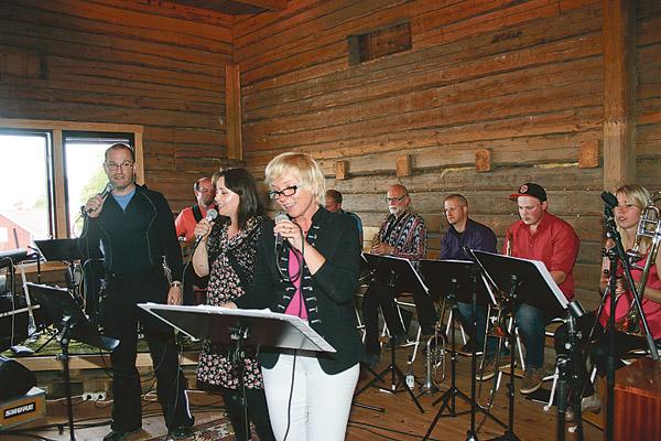 Magnus Olofsson, Sarah Wallgren och Ann- Britt Scherman sjunger Två musiker i publiken - Jonas och Moa Frisk. till Mangobandet.