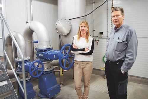 Theres Stark,VA- och renhållningschef och driftingenjör Reino Blixt vid pumpenheten i drifthuset. Efter midsommar togs anläggningen i full drift och fungerar oklanderligt. En av kommunens största investeringar på budgeterade 65 miljoner kronor.