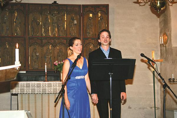 Operasångarna Annika Liljenroth och Wolfgang Veith sjunger i Rogslösa kyrka.