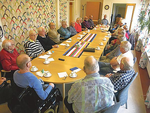 Det är numera fullt kring bordet vid Gubbträffarna i lilla samlingssalen på Bjursdalen. Vid Länstidningens besök närvarade 25 gubbar! Lars Lind, närmast i bild i glasögon, är den som kan ses som Gubbträffarnas ordförande.