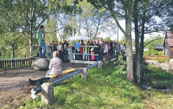Ordförande Mats Callheim samlade alla besökare vid nyöppningen av bron vid Rakereds kvarn.