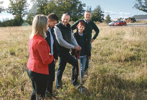 Narrs vd Roger Jonsson gör sig beredd att gräva. Han är omgiven av kommunalråd Annicki Oscarsson, Emil Wissman, teknisk chef i kommunen, hustrun Anne-Lie Jonsson och Peter Kenell, Ödeshögs näringslivschef.