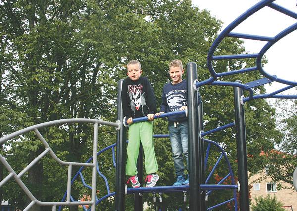En lekplats är en arbetsplats för barn och ska förstås vara säker. Sixten Holmberg och Liam Hägerström i klätterställningen vid Fridtjuv Bergskolan. Tyvärr minskar antalet lekplatser i vårt land. I första hand läggs resurserna på de större cetralorterna och i många kvarter väljer man ofta att ta bort dem helt.