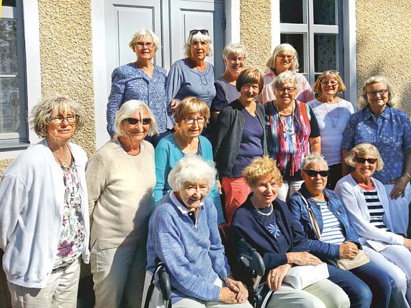 Redan när dessa damer tog sin examen 1958 bestämde de sig för att hålla kontakten med varandra. Med åren har de nästan blivit som en storfamilj som åker till varandra över hela Sverige. Nu är också deras män väl bekanta med varandra.