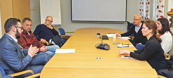 Centerpartister från Linköping och Valdemarsvik på besök på Nordic Brass Gusum, motionerar om samarbete beträffande fiberutbyggnad. Vi ser från vänster Muharrem Demirok, Lars Vikinge, Göran Karlsson, Percy Axelsson, ekonomichef på Nordic Brass, samt Marie Lindh Eriksson och Jenny Ek.