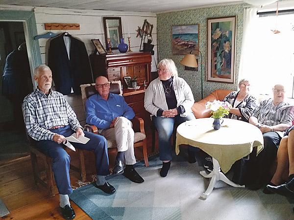 Tranåsbygdens lyrik- och skrivarklubb samlade i huset där diktaren Teodor Hultgren föddes. Olle Karlsson, till vänster, berättade om husets historia.