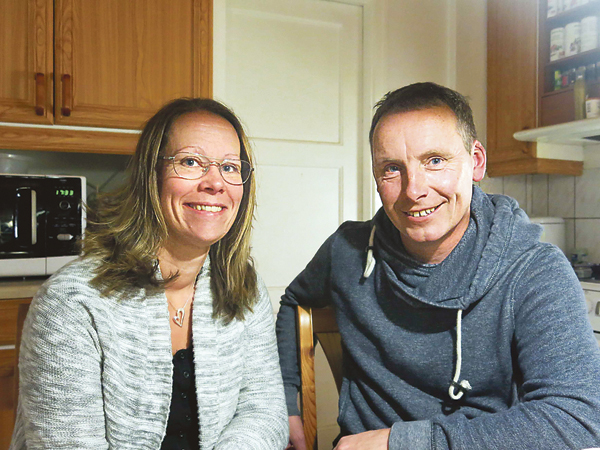 Helena Nilsson och Mikael Ström vid köksbordet hemma i Åstugan. Sedan sommaren 2013 bor de tillsammans i stugan som ligger strax utanför Strålsnäs.