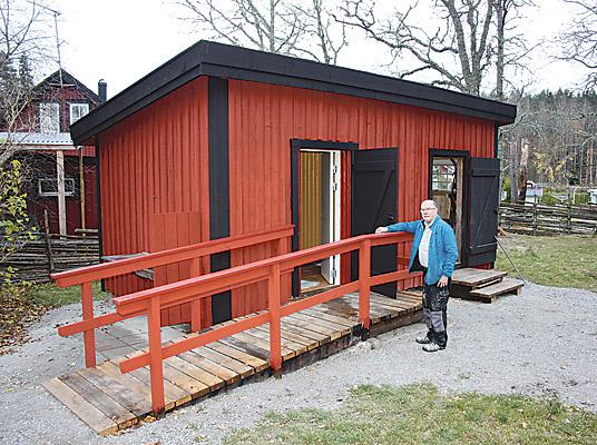 Åke Andersson, ordförande i Björsäters hembygdsförening, vill stolt visa upp vad han och kamraterna har åstadkommit under 2015. En handikappanpassad vattentoalett med varmt och kallt vatten har tillskapats i ett nybyggt hus. Rummet till höger är en redskapsbod med hyvelbänk.