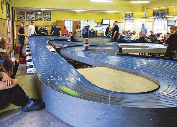 Miniracingbanan i Boxholm byggdes 1979. Den renoverades för fem år sedan och blev då som ny, men banprofilen är som den alltid har varit. Det gröna suddet i främre kurvan är en bil som susar förbi. Banrekordet är ofattbara 2,6 sekunder.