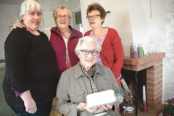 Karin Ekholm, Hjördis Samuelsson, Anna-Britt Älenmark och Iris Gustafsson (sittande) upprätthåller traditionen att baka Centerpartiets ostkaka till marknaden i Horn.