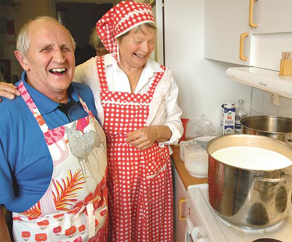 Rune Johansson och Christina Nysten var dagens experter på vällvassletillverkning och ostystning. Båda gläder sig mycket åt att traditionerna lever vidare.