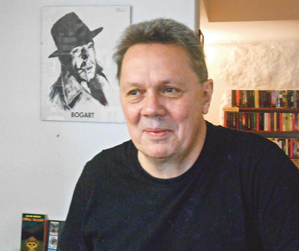 Roger Johansson har god koll på sina böcker som han inventerar en gång om året. Han funderar på att börja med internetförsäljning och har även utökat sina öppettider.