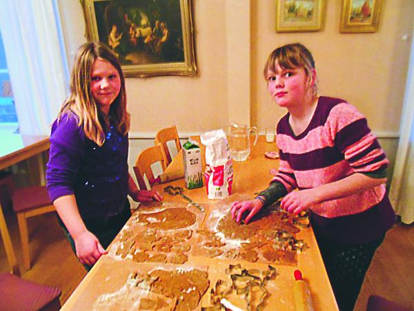Här gäller det att få ut så många pepparkakor som möjligt, säger tjejerna som trivs med mysigt julbak.