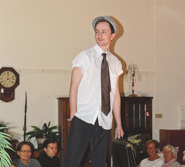 Carl-Oscar Horgby snyggt klädd i kortärmad skjorta och avkortade byxor.