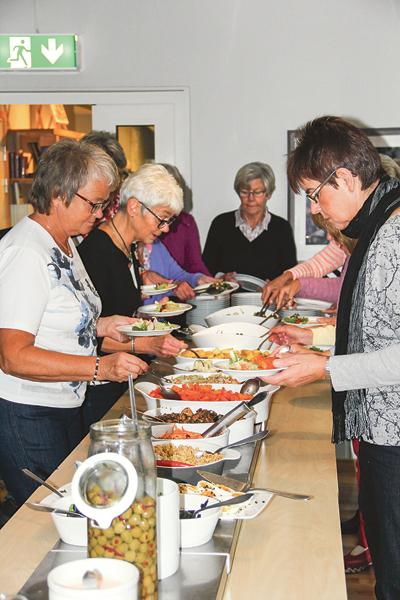 En härlig salladsbuffé stod uppdukad på Vårdsnäs stiftsgård för dagens hungriga gäster.