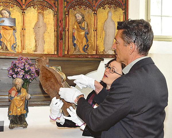 Konservator Johan Roos och antikvarie Eva Nyström Tagesson granskar skadorna.