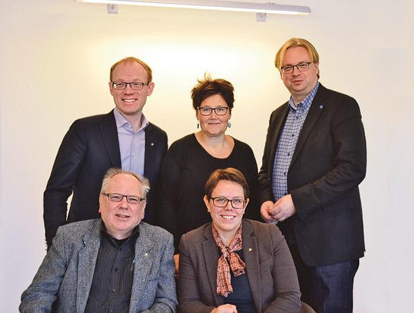Främre raden: Inge Jacobsson gruppledare (M) Finspång, Marie Morell (M) oppositionsråd. Bakre raden: Per Larsson (KD), oppositionsråd, Marie Johansson (KD), gruppledare Finspång, Fredrik Sjöstrand (M) oppositionsråd.