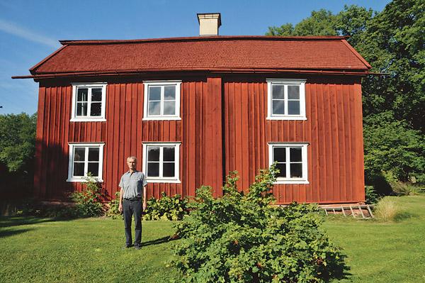 Ordförande i Östkinds hembygdsförening Gunnar Peterson framför Hofgren.