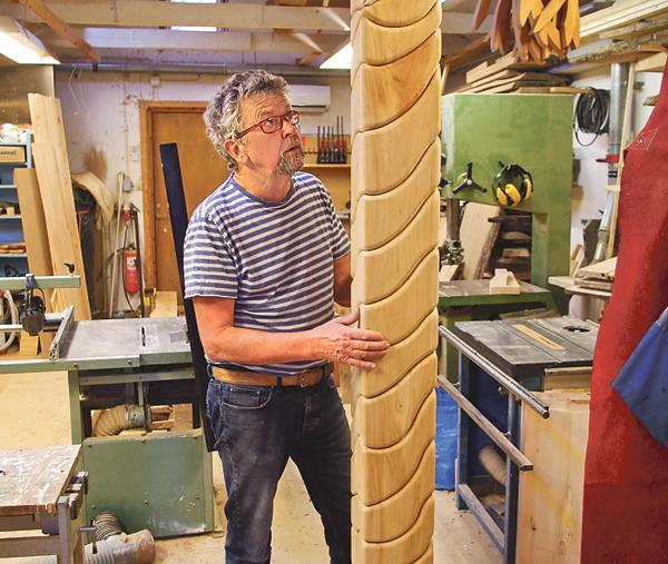 Konstnären Lars Malm, ordförande i gruppen blandArt i Söderköping, har en gedigen konstnärlig utbildning. Den här 2,5 meter höga kvadratiska pelaren ingår i beställningen till Åby vårdcentral.