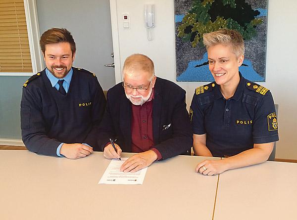 Samverkansavtalet (nedan) diskuterades av kommunpolis Joel Gerdin, kommunalrådet Sven Inge Karlsson (C) och polisområdeschefen Anna Lindquist.