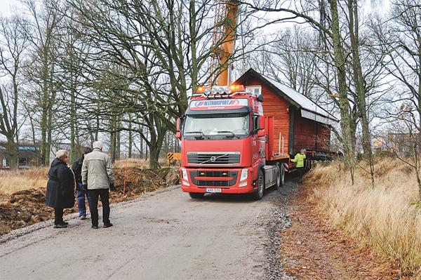Torpet får en åktur till sin nya plats. Vägen fick förbättras innan flytt för att klara den tunga transporten.