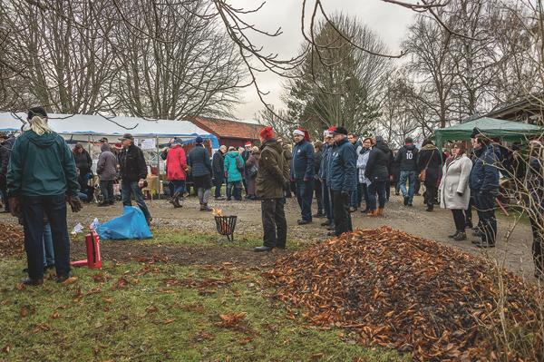 Att vädret inte var det bästa hindrade inte marknadsbesökarna från att träffas i hembygdsgården. Är det julmarknad i Mjölby så är det!