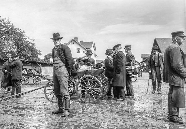 Marknad i Kisa 1902. I mitten av bilden står Werenius i Korpklev.