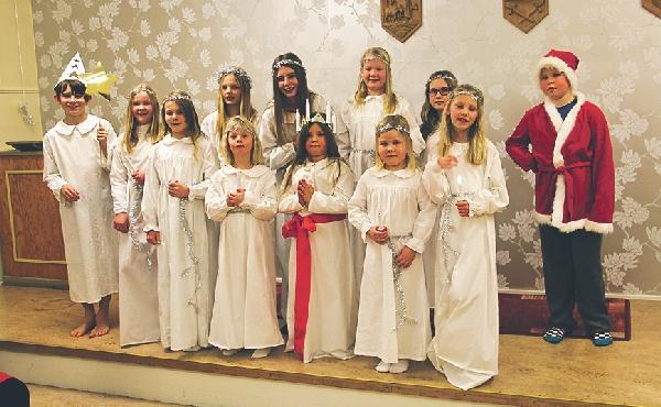 Dessa ungdomar gick Luciatåg för Västra Ny husmödrar.