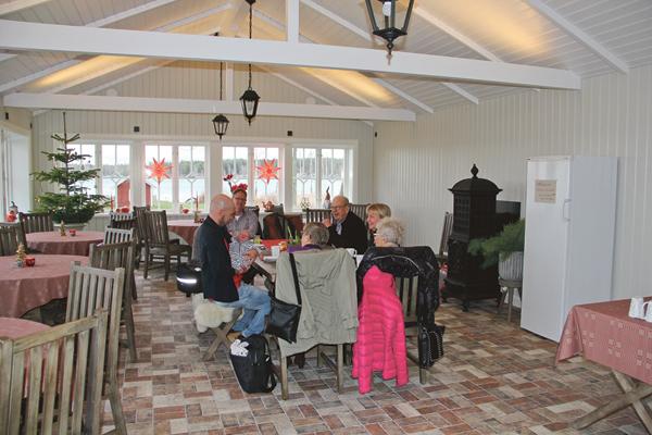 Familjen Wikström med vänner passade på att fika när de besökte gårdsbutiken.