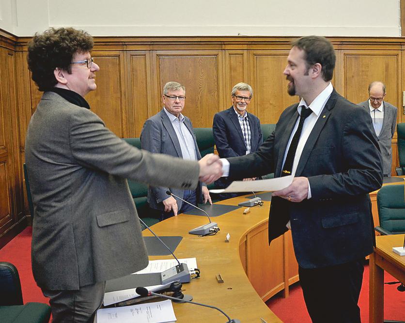 Elinstallatörsmästare Anders Oskarsson tar emot sitt burskap av kommunstyrelsens ordförande Lars Stjernkvist.