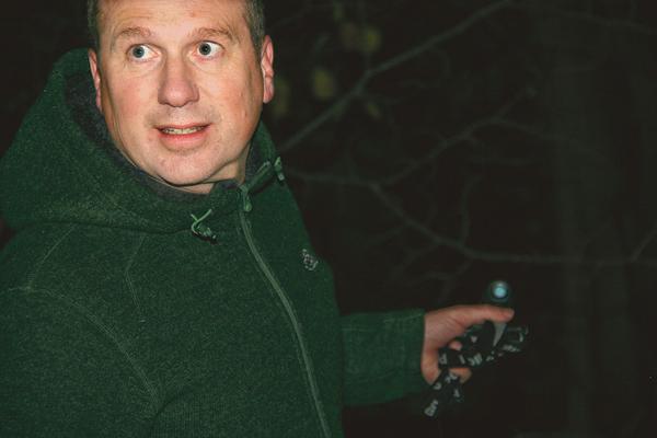 Fiskexperten Jonas Edlund lyser i mörkret vid Ålebäcken. Han har under året undersökt hur Ålebäcken fungerar som livsmiljö för öring och harr.