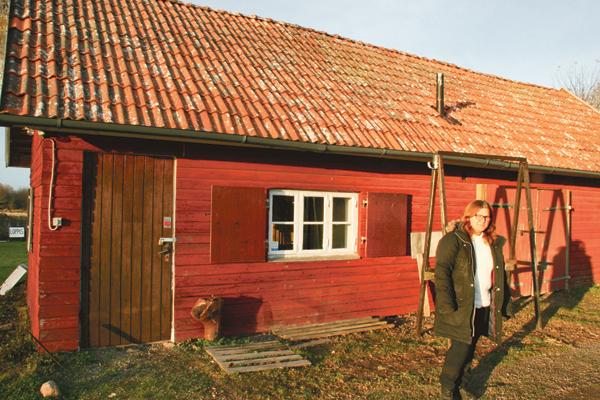 Annika Larsson utanför sin bod där hon tänker hålla lager med kloka varor utan gifter och plast.