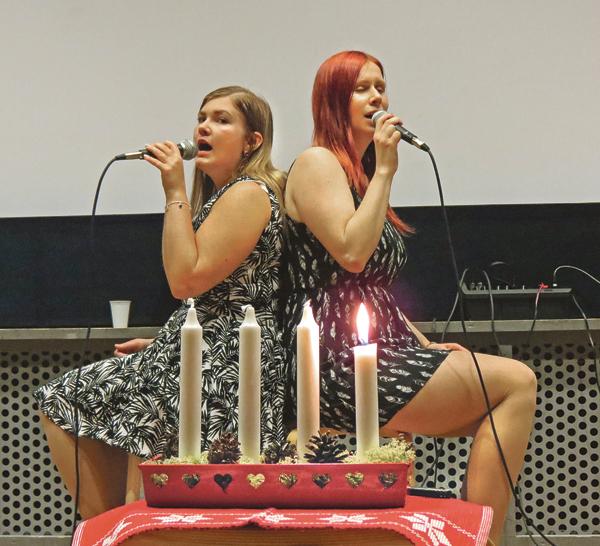 Michaela Kjellgren och Josefin Olofsson sjunger en stämningsfull adventssång på välgörenhetskonserten. Hela nettot av de tre konserterna går till ett hjälpprojekt i Lielplatone special School utanför Riga.