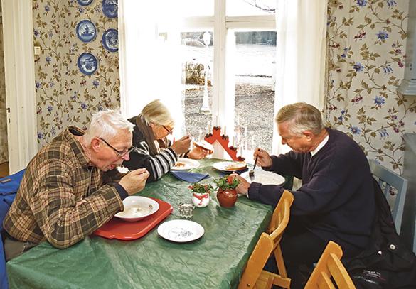 Här slevas det in julgröt med tillhörande skinksmörgås på julmarknaden i Lill Åby. Från vänster ser vi Håkan Cidh, Anita Persson och Anders Testor.