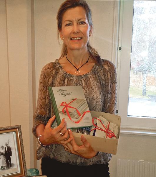 Ing-Marie Kastensson med sin bok Kära Kajsa!. En bok baserad på hennes farfars kärleksbrev till hennes farmor under åren 1919-1920.