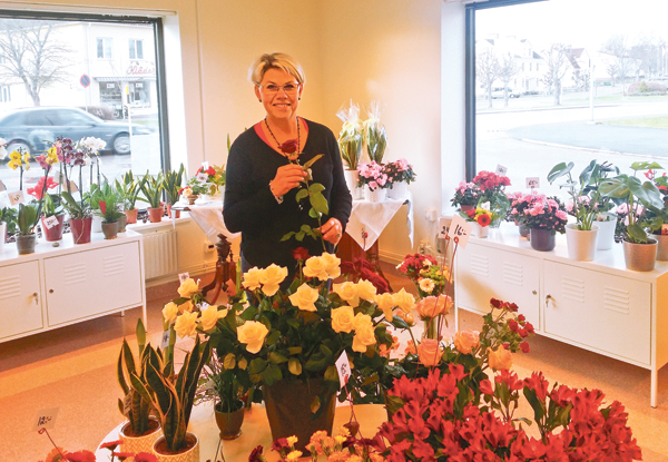 Eva-Lena i sin ljusa butik med utsikt mot Österbymo centrum.