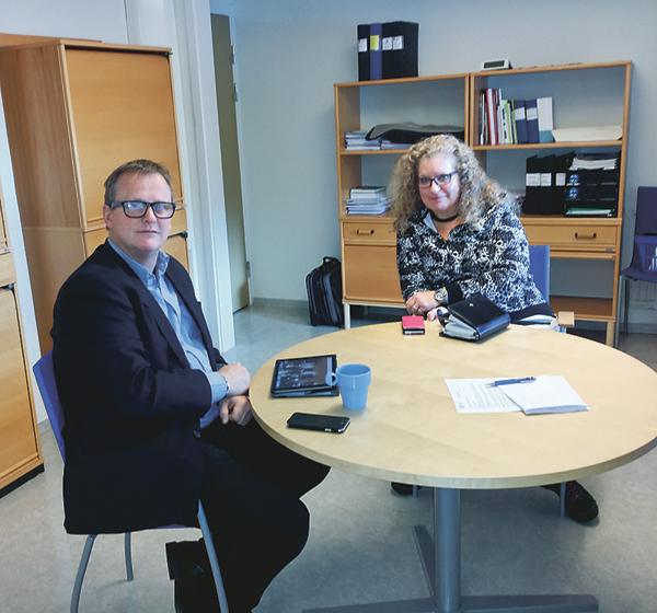 Mikael Palm och Elisabeth Murari planerar flyktingmottagandet i Ydre tillsammans.