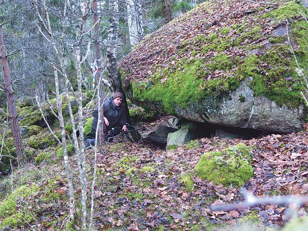 I Österskogens mer otillgängliga delar hade Skogs-Sara sin koja för mellan 100 och 150 år sedan. Artikelförfattaren har tagit plats vid stenen.